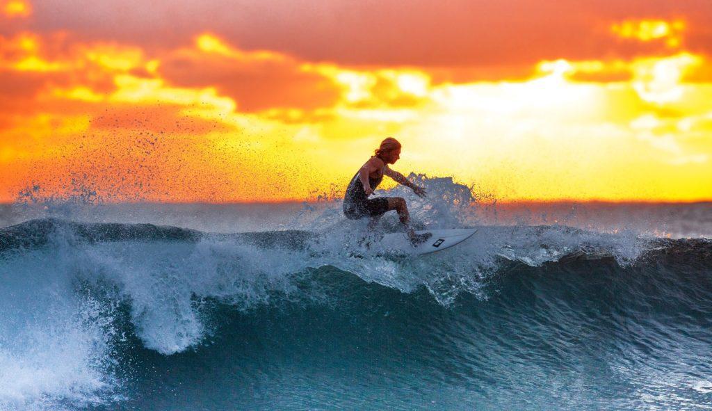 Surffaaja aalloilla